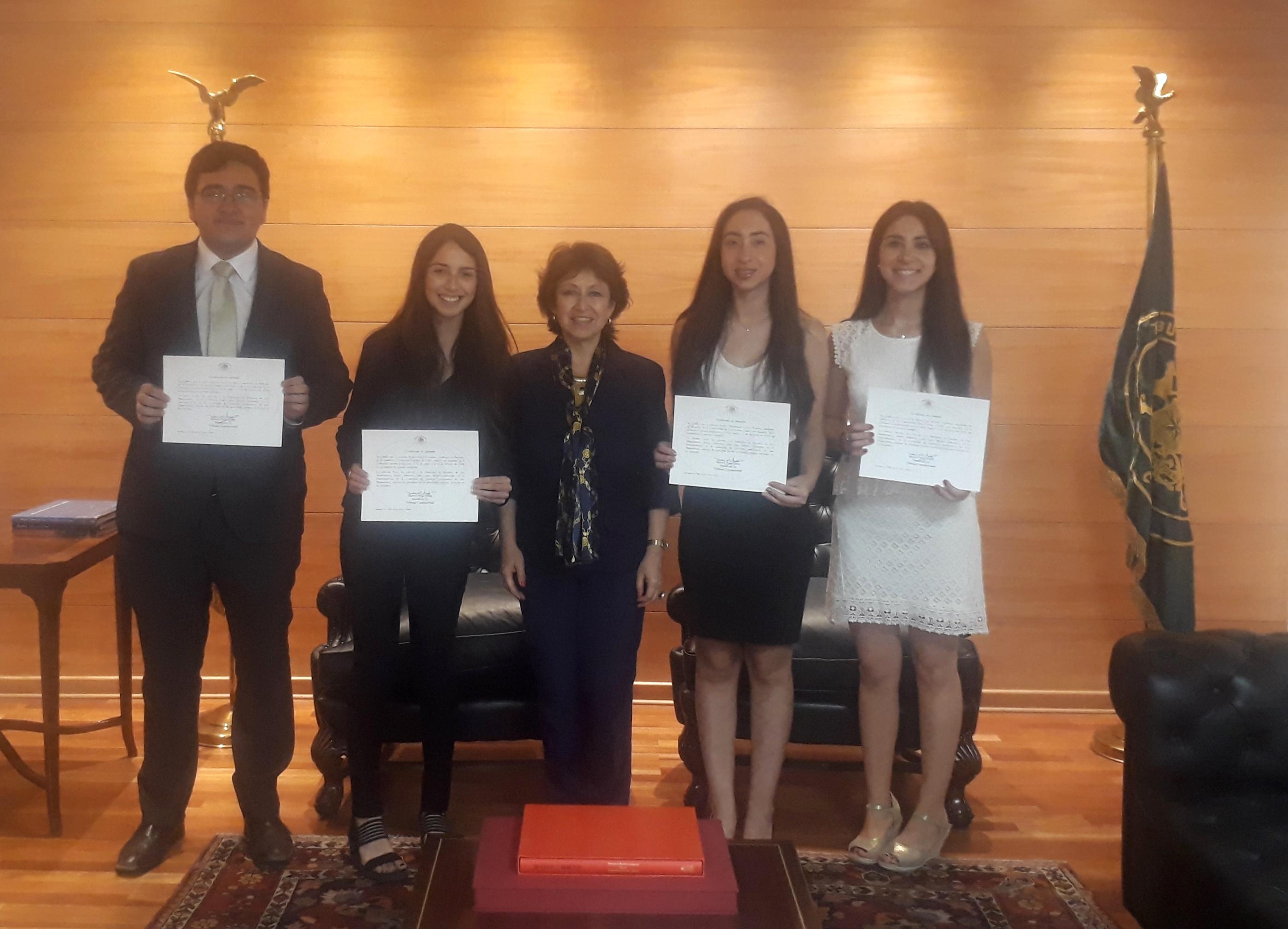 Egresada y Alumnos de Derecho que realizaron pasantía académica en el Tribunal Constitucional, culminan proceso y reciben sus certificados